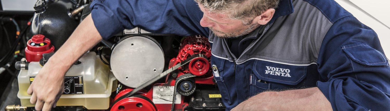 Servicio técnico Volvo Penta reparando un motor de gasolina.