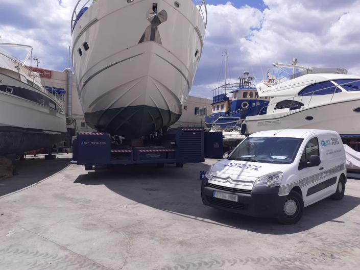Fotografía motor barco y furgoneta.
